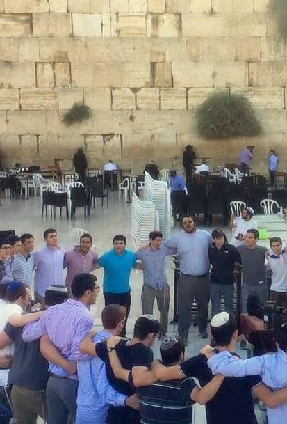 Yeshiva-Bochers-at-the-Kotel-14Oct15